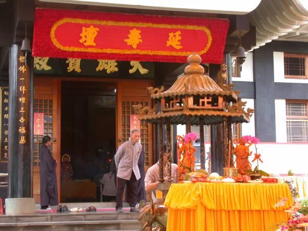 位於大雄寶殿的延壽壇每天唸誦寶懺。