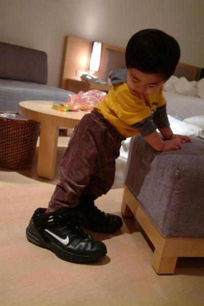 賢賢穿著自己的鞋子再穿上把拔的大鞋子