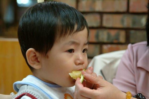 柳丁很好吃,賢賢咬不動,用吸的。