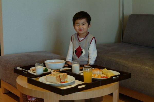 早餐三選一,我們有三個人,所以各叫ㄧ份來吃吃看。而且是送到房間用餐喔。