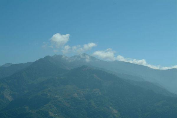 奇萊山頂總是有幾朵雲,看來很冷很冷
