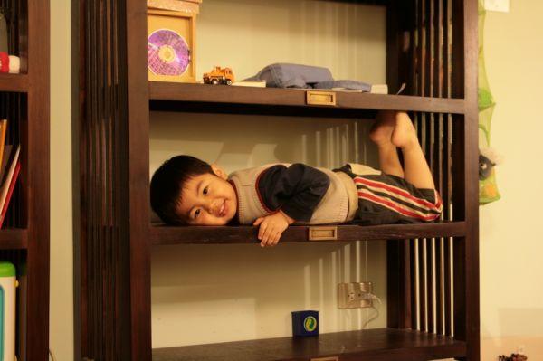 櫃子可能比床好睡吧。20071021