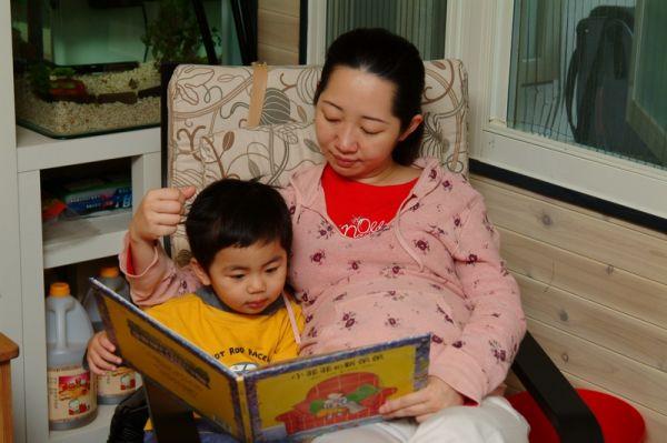 媽媽和賢賢在窗邊看書。2007.11.04
