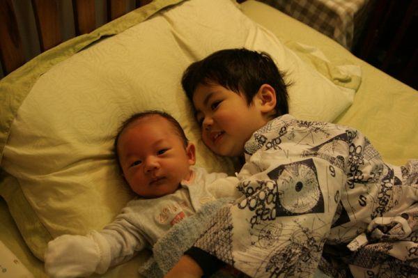 大小賢賢可以一起睡了。20071217